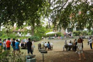 Im großen Garten mit vielen Menschen